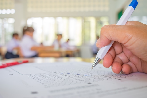 Les étudiants main testant faire un examen avec un dessin à la plume