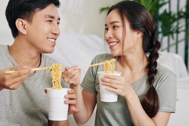 Les étudiants mangeant des nouilles