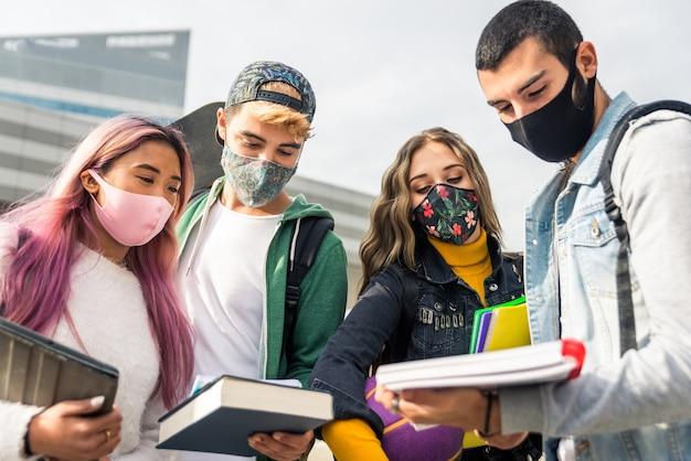 Étudiants avec des masques faciaux réunis à l & # 39; école