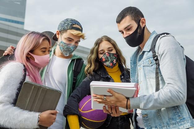 Étudiants avec des masques faciaux