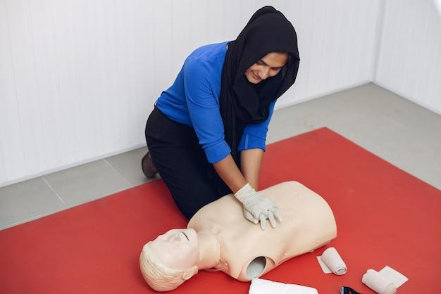 Les étudiants en médecine pratiquent