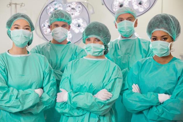 Étudiants en médecine en salle d'opération