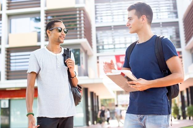 Étudiants modernes partageant des impressions après les cours