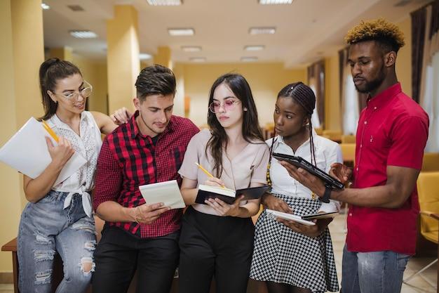 Étudiants partageant du matériel