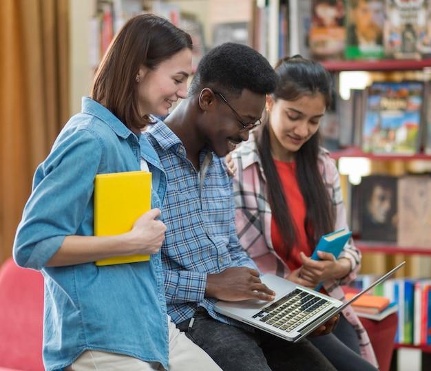 Étudiants de plan moyen qui étudient ensemble