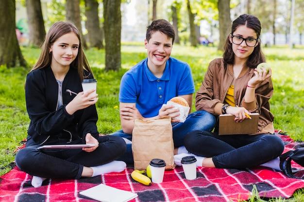 Étudiants posant à l'heure du déjeuner