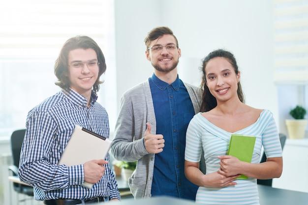 Étudiants positifs entreprenant des stages