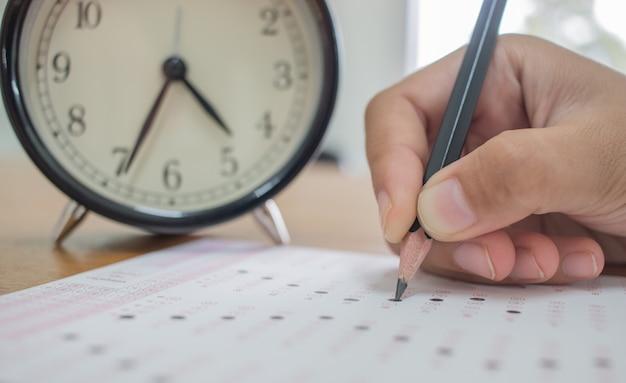 Les étudiants prenant des examens écrit sur la forme optique de l'examen standardisé