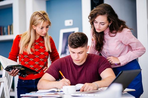 Étudiants préparant l'examen ensemble