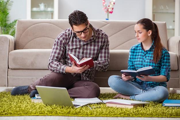 Étudiants préparant des examens universitaires