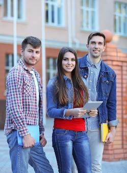 Étudiants près de l'université