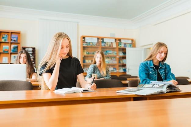 Les étudiants qui étudient en classe