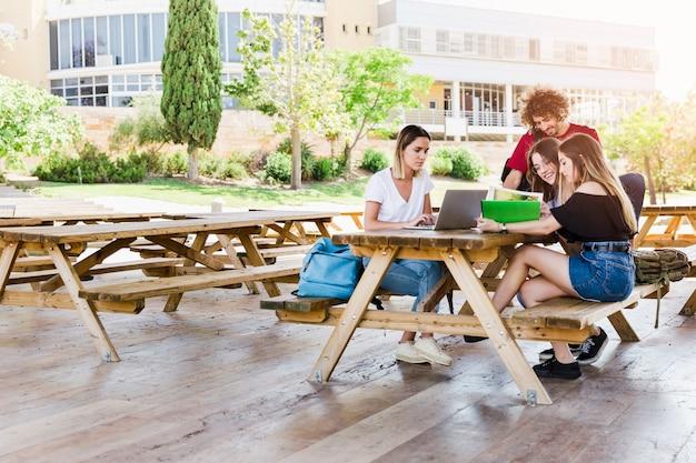 Étudiants qui étudient sur une journée ensoleillée