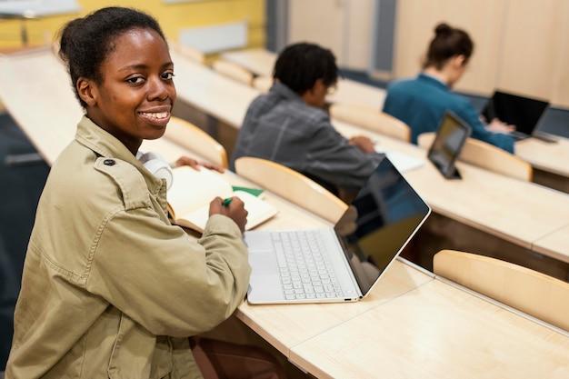 Les étudiants qui fréquentent un cours universitaire