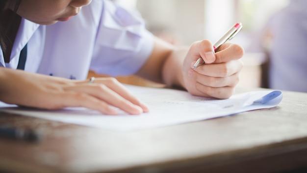 Les étudiants qui passent un examen avec stress en classe