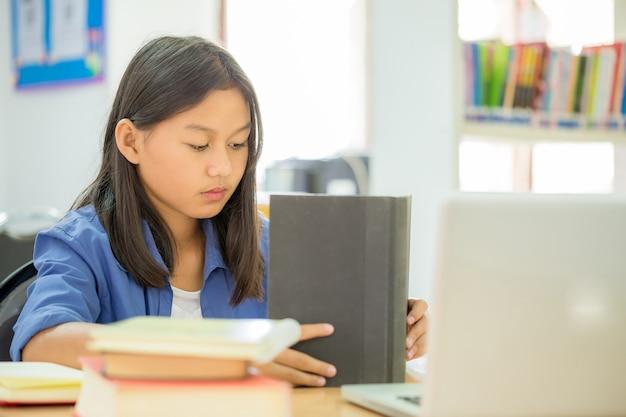 Les étudiants qui se concentrent sur l'éducation dans la bibliothèque