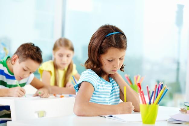 Les étudiants qui travaillent dur en classe