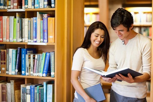Etudiants regardant un livre