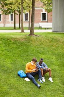Étudiants, reposer, pelouse