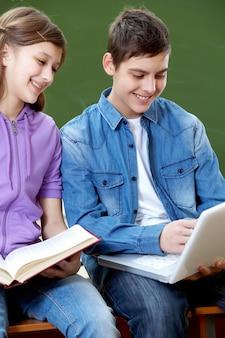 Les étudiants en riant avec un ordinateur portable