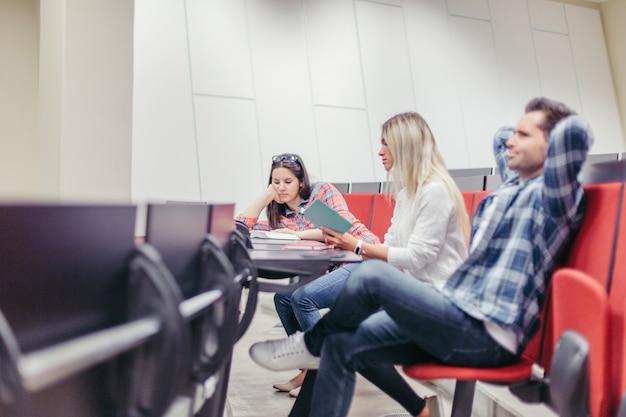 Étudiants s'ennuient à la conférence