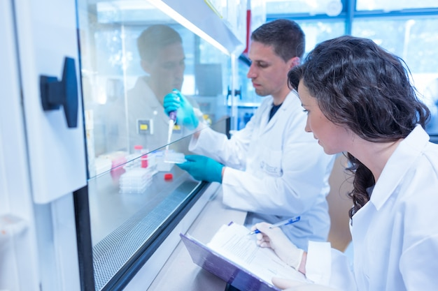 Étudiants en sciences à l'aide d'une pipette dans le laboratoire