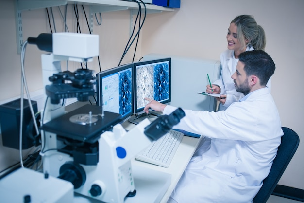 Étudiants en sciences à la recherche d'images microscopiques