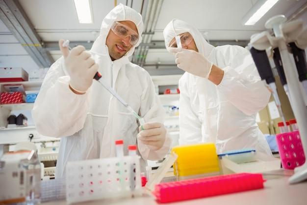 Étudiants en sciences travaillant dans des combinaisons de protection