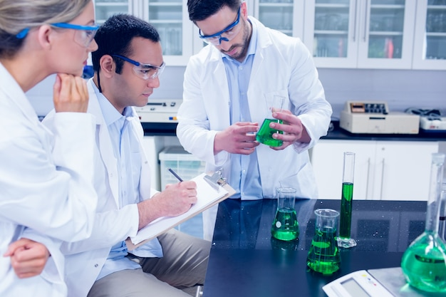 Étudiants en sciences travaillant ensemble dans le laboratoire