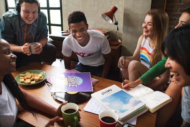 Étudiants se détendre et faire leurs devoirs ensemble
