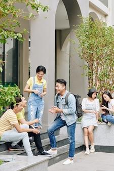 Les étudiants se reposant à l'extérieur
