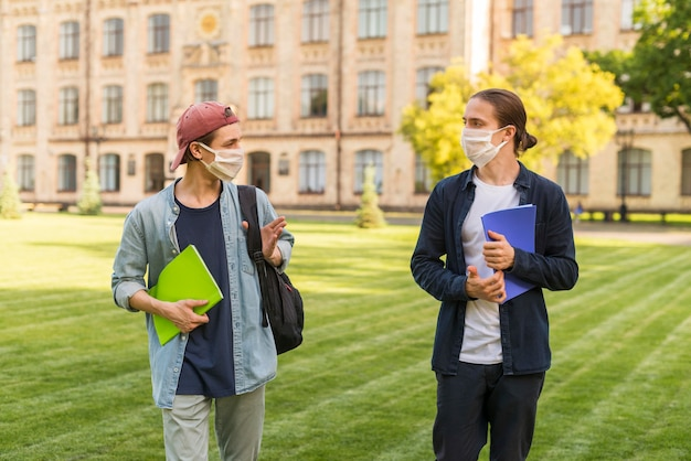 Les étudiants de sexe masculin de socialisation sur le campus