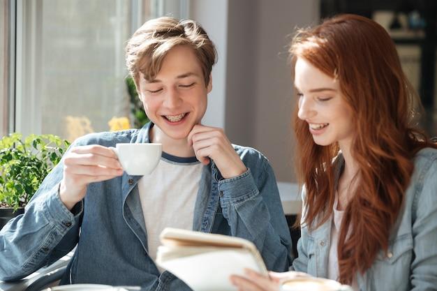 Étudiants souriants à faire leurs devoirs