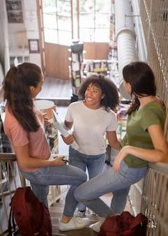 Étudiants souriants en plein plan discutant