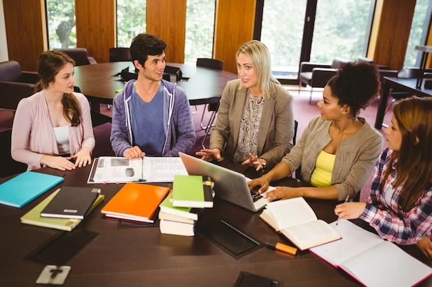 Étudiants souriants travaillant ensemble sur une mission