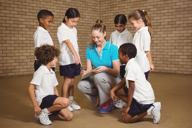 Étudiants sportifs debout avec l'enseignant