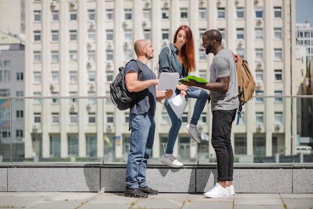 Étudiants tenant des cahiers parlant