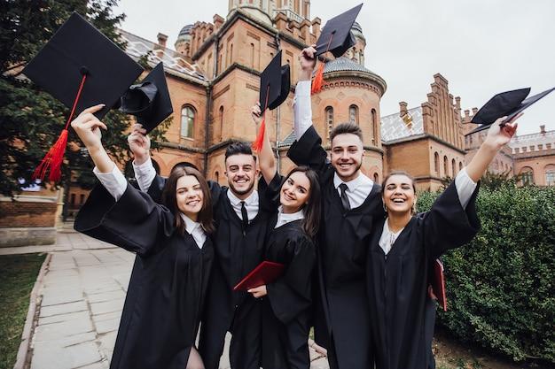 Étudiants.université. les gens portant des manteaux. groupe d'étudiants