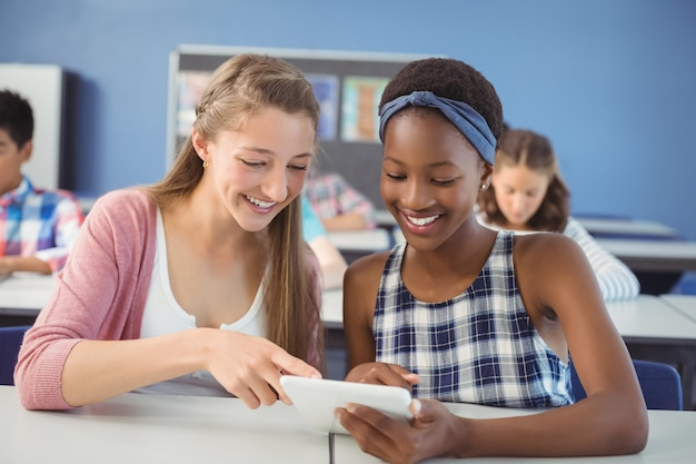 Étudiants utilisant une tablette numérique en classe