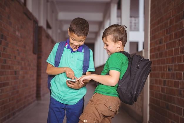 Étudiants utilisant un téléphone portable