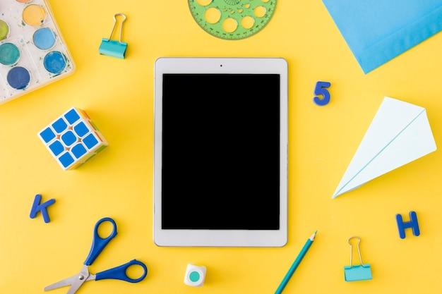 Étudier les fournitures posées autour du dispositif tactile
