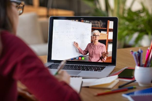 Étudier avec une leçon vidéo en ligne à la maison