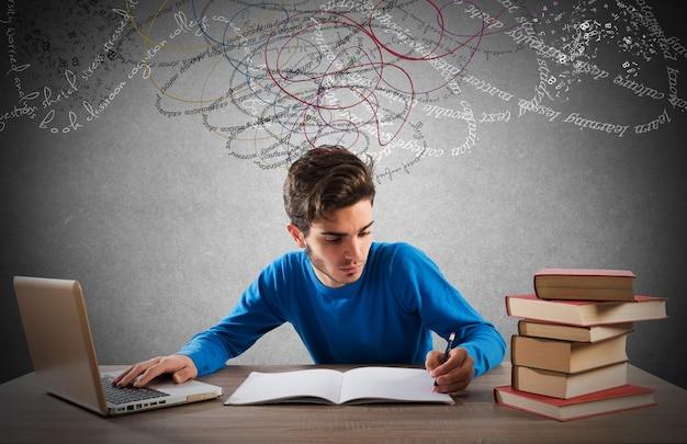 Étudier avec un ordinateur et des livres
