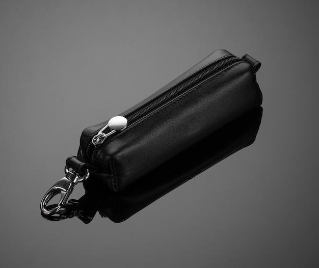 Étui à clés en cuir avec fermeture éclair sur fond noir