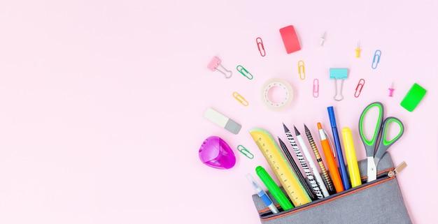 Étui à crayons avec fournitures scolaires