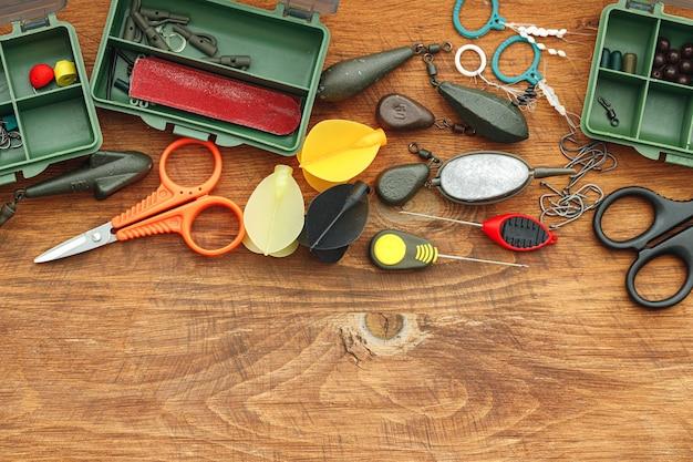 Étui en plastique et vue de dessus du matériel de pêche