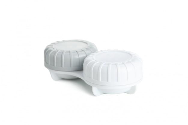 Étui pour lentilles de contact isolé sur une surface blanche, close up