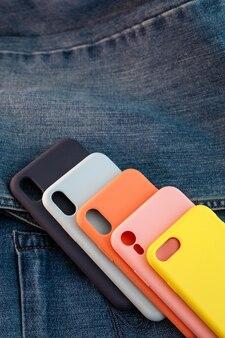 Étui pour téléphone portable multicolore sur fond denim