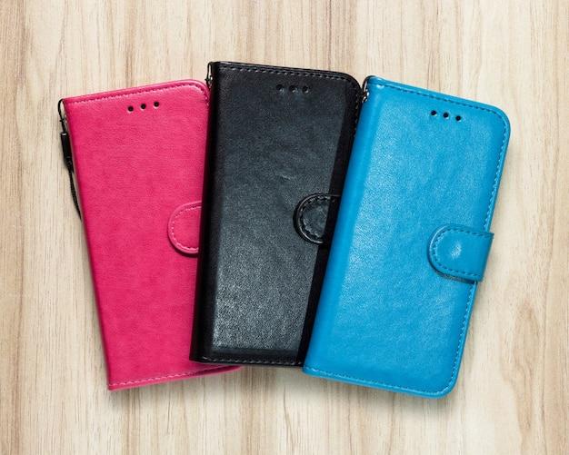 Etui de téléphone en cuir sur fond de bois. couverture de téléphone portable de mode.