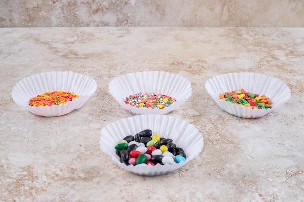Étuis à galettes avec petits tas de bonbons